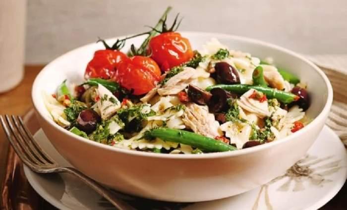 REŢETA ZILEI: Salată Nicoise cu paste, un deliciu cu specific franţuzesc. Preparatul ideal pentru începutul săptămânii
