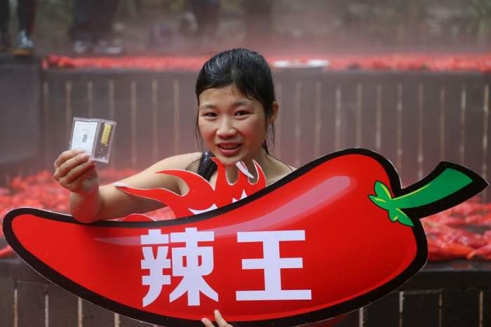 VIDEO / Este în flăcări! O chinezoaică a câştigat un concurs de mâncat ardei iute