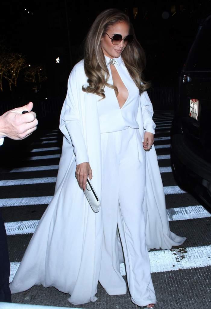 FOTO / A ales o ţinută de Albă-ca-Zăpada! Jennifer Lopez, bombă sexy la cei 49 de ani ai săi
