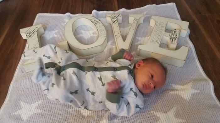 Doi părinți și-au găsit bebelușul mort, după ce au adormit lângă el. Experții trag un semnal de alarmă