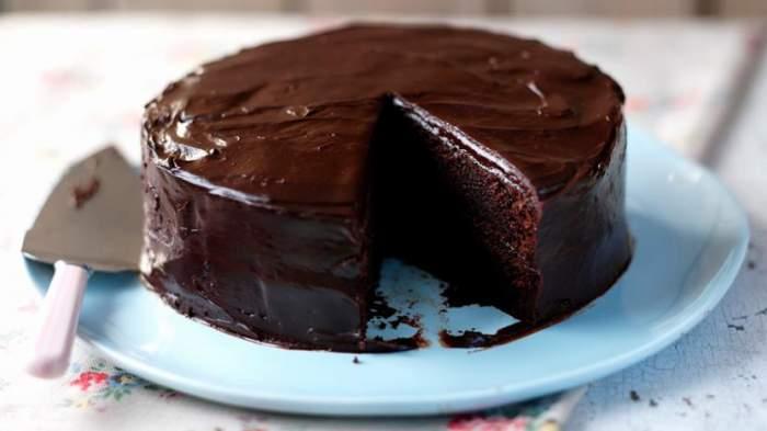 Organizezi petrecerea de Revelion și ai multe pe cap? Cea mai rapidă rețetă pentru un tort delicios