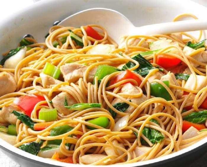 RETETA ZILEI: Noodles cu pui și legume, un prânz inedit