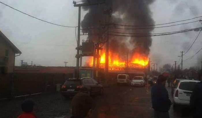 FOTO / Incendiu urmat de explozii, în Reghin! Zeci de pompieri au intervenit