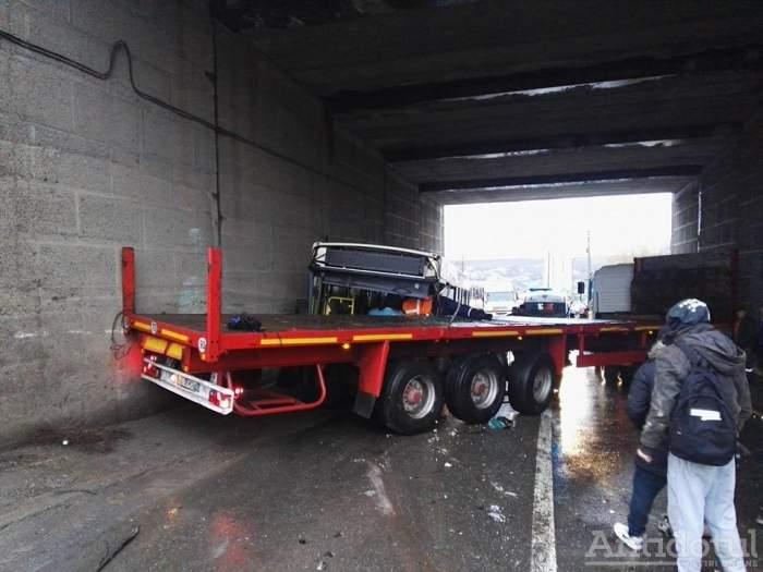 ULTIMĂ ORĂ: Accident grav la Galați. Un TIR a intrat într-un autobuz, rănind șase persoane