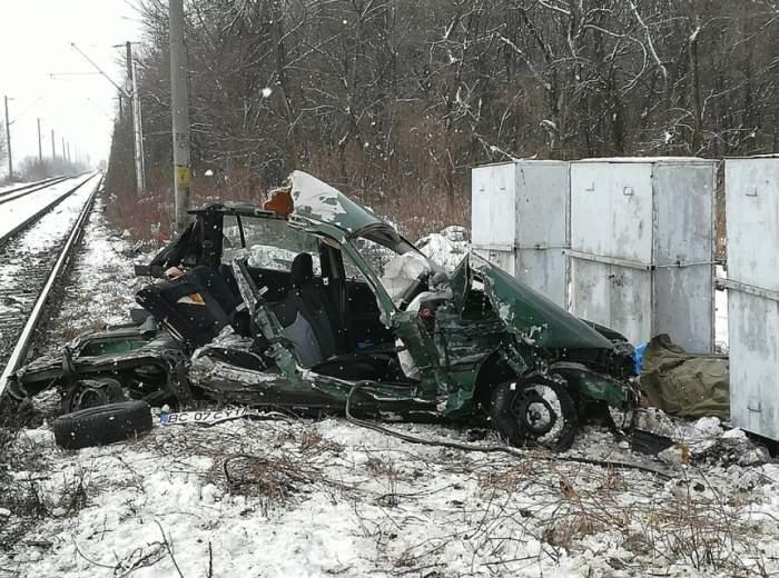 FOTO / Accident grav în Iaşi! Două persoane au murit, după ce maşina lor a fost lovită în plin de un tren