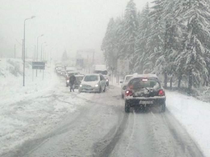 VREME SEVERĂ. Persoane salvate cu şenilata: Gravide transportate de urgenţă la spital, turişti blocaţi în munţi şi drumuri blocate