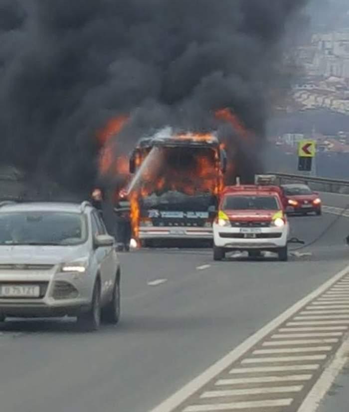FOTO / Un autocar a luat foc pe o şosea din Cluj în urmă cu scurt timp. Imagini terifiante de la faţa locului