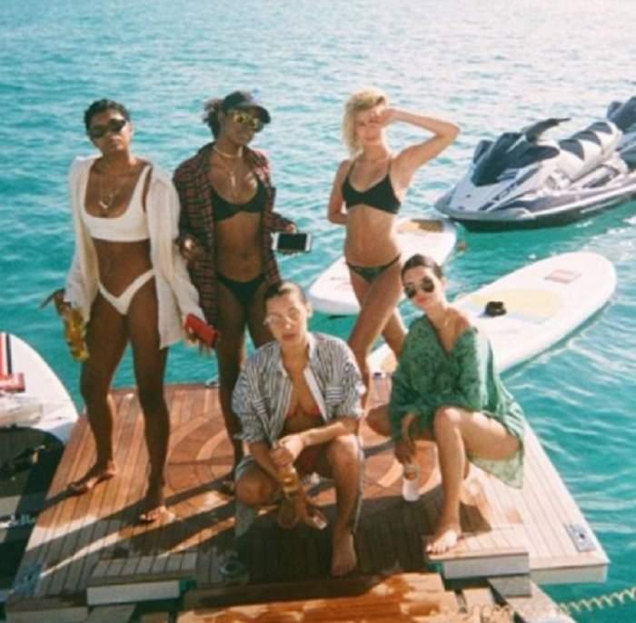 FOTO INCENDIAR! Modele celebre, bălăceală dezbrăcate în mare! Au renunțat la sutiene și s-au dezlănțuit pe plajă