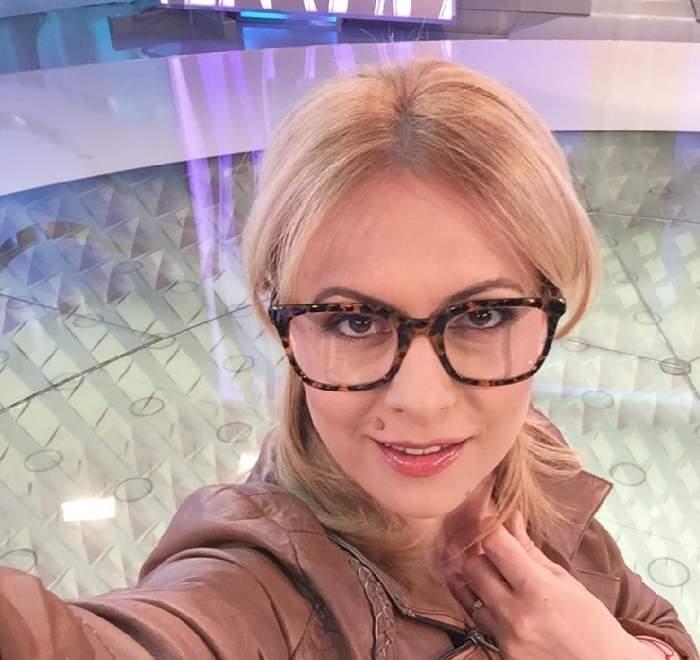 """FOTO / Prima apariţie TV a Simonei Gherghe după intervenţia la gât! Aşa a început emisiunea """"Acces Direct"""""""