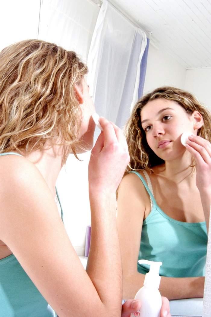 Consumi aceste alimente? O să te trezești cu fața plină de acnee