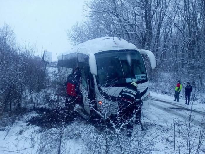 FOTO / Intervenție de urgență în Mureș! Un autocar în care se aflau și 31 de copii a derapat
