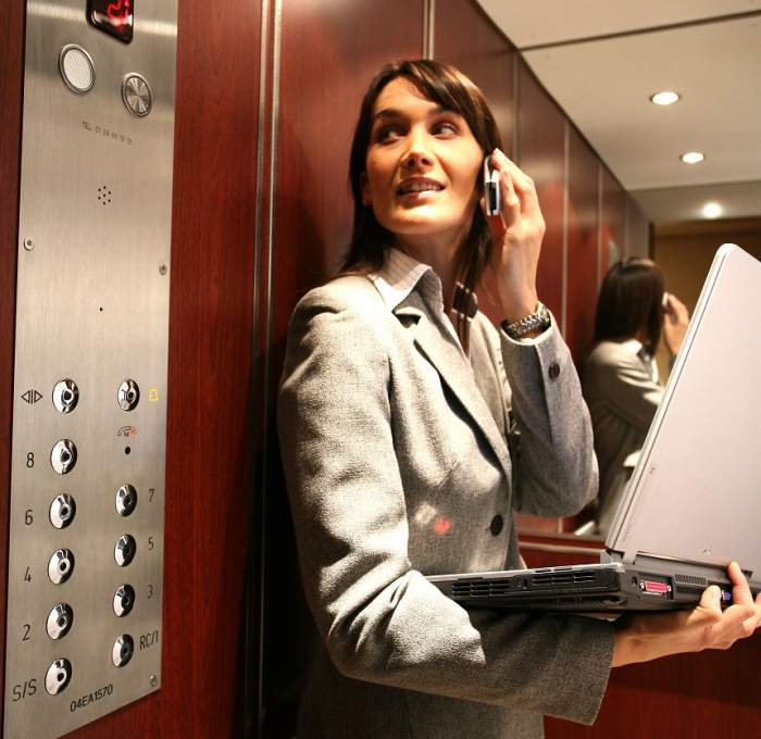 Ce să faci dacă rămâi blocat în lift. Cei 5 pași pe care trebuie să-i urmezi
