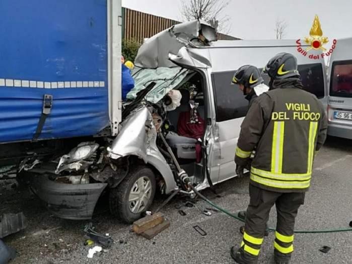 Accident grav în Italia! Un microbuz plin cu români a fost strivit sub un TIR