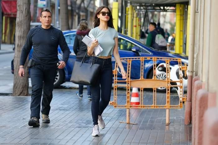 FOTO / A apărut pe stradă aşa, iar oamenii nu şi-au luat ochii de la bustul ei! O actriţă celebră, mândră de formele sale