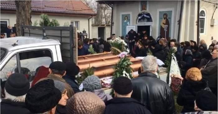 """Victimele """"criminalului de la Braşov"""", conduse pe ultimul drum! Gestul făcut de tatăl Monicăi Buliga la înmormântarea fiicei şi a nepoţilor"""