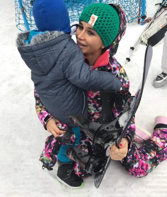 FOTO / Elena Băsescu şi-a dus copiii la schi. Când a apărut pe pârtie, toata lumea a întors capul. Ce outfit poartă gravida EBA