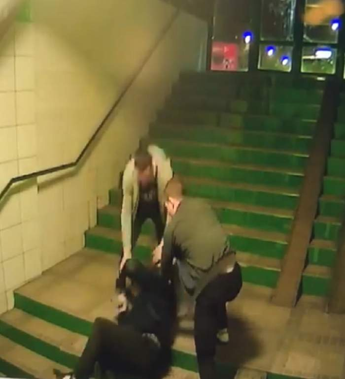 VIDEO ŞOCANT! Bătrân bătut cu sălbăticie într-un pasaj subteran din Braşov
