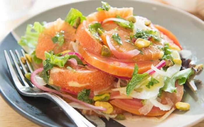 REȚETA ZILEI: Salată răcoritoare cu sfeclă, piept de pui și fenicul. Ideală pentru dieta după Paște