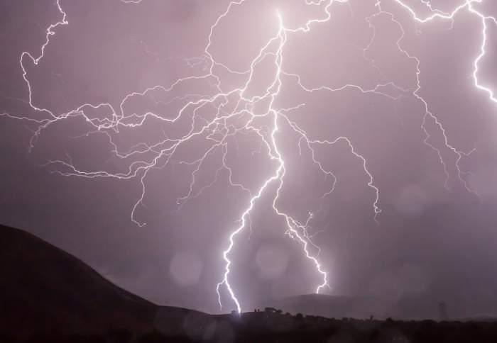 Gata cu vremea frumoasă! Cod galben de ploaie, însoţită de descărcări electrice şi grindină