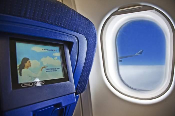 ÎNTREBAREA ZILEI: De ce te roagă însoțitorii de zbor să ridici obloanele ferestrelor la decolare și aterizare?