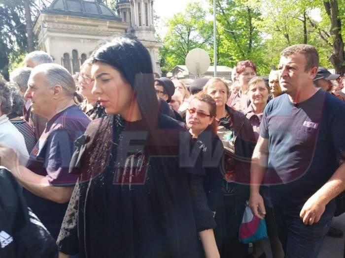 VIDEO / Andreea Tonciu şi Denisa Nechifor, îndurerate la capela cimitirului Bellu! Sunt alături de Anamaria Prodan la înmormântarea Ionelei Prodan