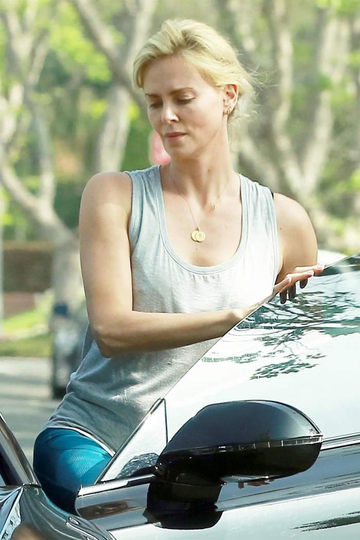 FOTO / Charlize Theron, nemachiată și îmbrăcată în colanți, pe stradă. Cum arată actrița după ce a slăbit 20 de kilograme