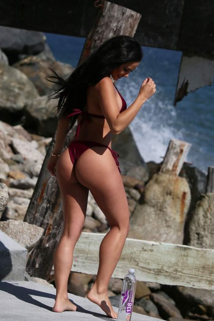 FOTO HOT / E obraznică și nu se teme să-și expună formele! Fundul abia mai încape în bikini, iar sânii dau pe afară