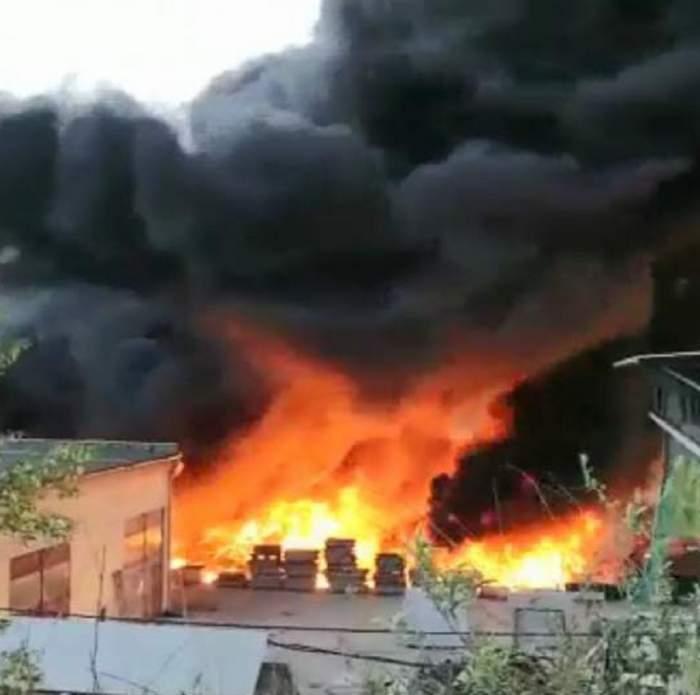 VIDEO / Incendiu devastator într-o clădire din Deva! Flăcările sunt uriaşe, iar un nor gros de fum a acoperit tot oraşul