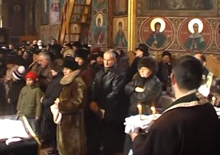 Caz tulburător în Vaslui! Se pregăteau de înmormântare, dar, când au intrat în biserică şi au văzut sicriul, oamenii au înlemnit