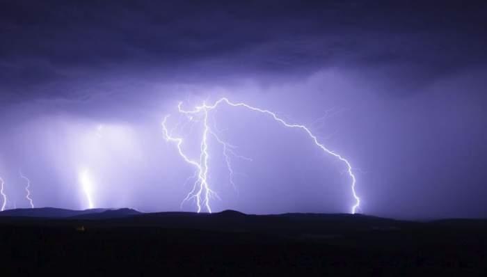 UPDATE / Anunţ de ultim moment de la meteorologi. Descărcări electrice şi grindină, în această seară