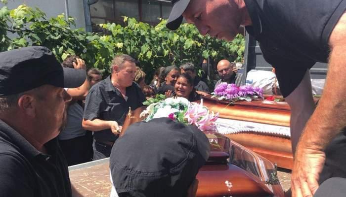 VIDEO / Românii morți în accidentul din Ungaria au fost înmormântați. Sute de oameni și-au strigat durerea