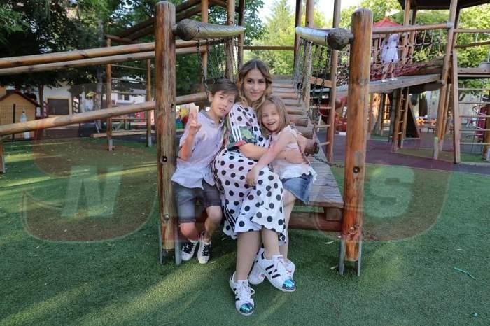 """FOTO / O vezi mereu la televizor, dar să vezi ce frumoși sunt copiii ei! Bianca Sârbu, alături de """"comorile"""" ei, la un eveniment monden"""