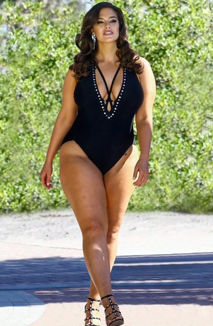 FOTO HOT / Modelul plus-size Ashley Graham, pictorial de senzație pe plajă. Și-a arătat formele voluptoase în costume de baie minuscule