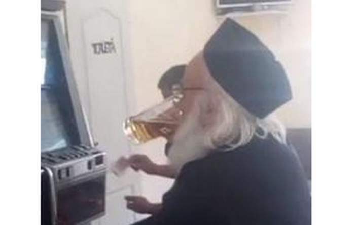 """Preot din Botoşani, cu berea lângă el, la păcănele. """"Crucii mamii lui de aparat"""""""