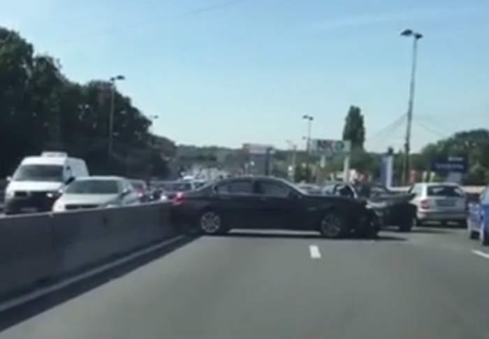 VIDEO / Accident la intrare în Bucureşti! Traficul este blocat, după ce două maşini s-au ciocnit violent