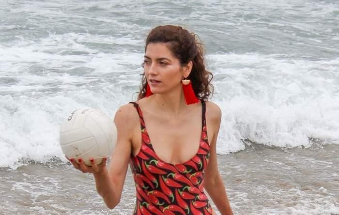 FOTO / S-a jucat cu mingea pe plajă şi poziţiile fierbinţi au luat mintea bărbaţilor