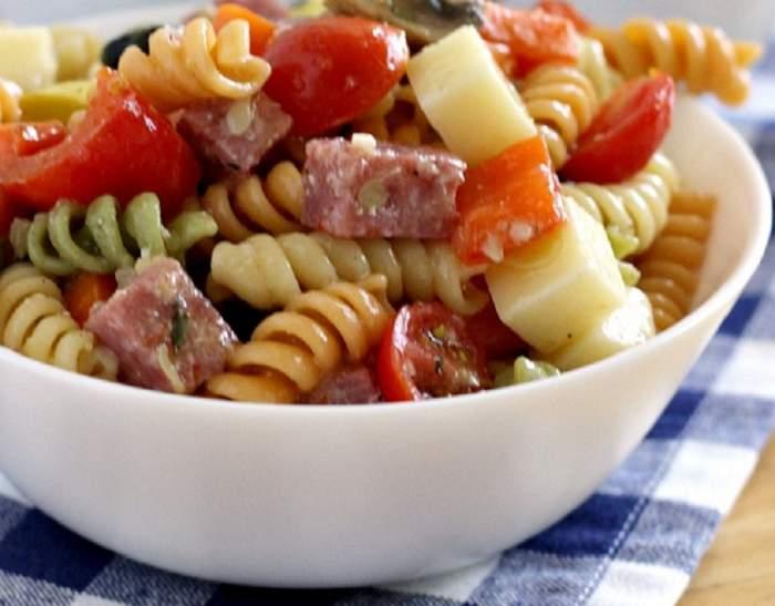 REȚETA ZILEI: Salată de paste cu dovlecei şi ciuperci