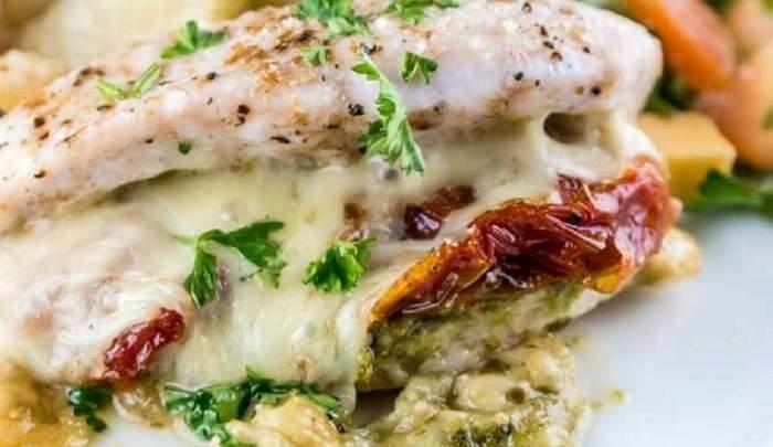 REȚETA ZILEI: Piept de pui umplut cu mozzarella, roșii uscate și sos pesto. Cu doar 5 ingrediente!