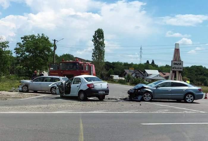 FOTO / Accident teribil pe DN1, după ce trei autoturisme s-au ciocnit violent! Sunt cinci victime, dintre care una încarcerată