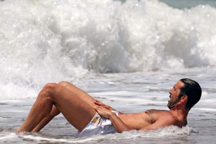 FOTO / Toate admiratoarele au fost cu ochii pe el! Un cunoscut fotbalist şi-a făcut de cap la plajă, în poziţii neaşteptate