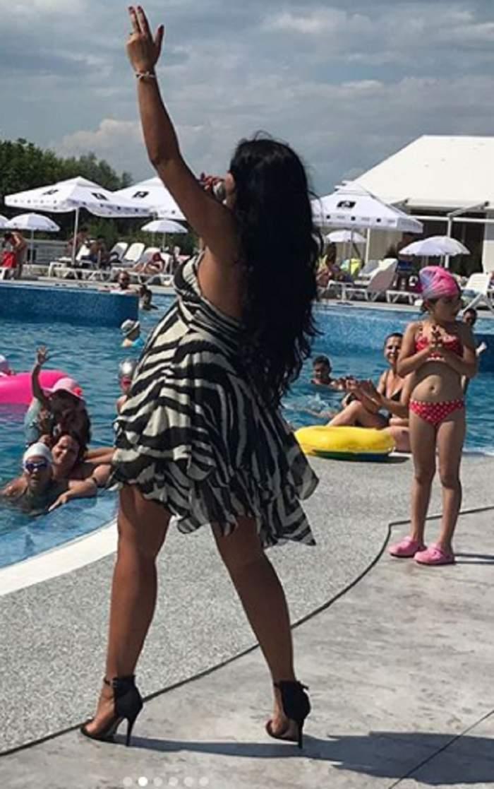 VIDEO / Nu renunță la cântări nici pe ultima sută de metri! Elena ex-Mandinga, show de zile mari la o piscină