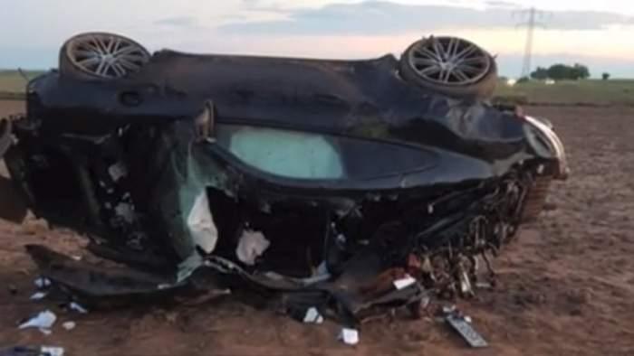 VIDEO / Bolid de lux, răsturnat pe un câmp, pe DN71! Poliţiştii au găsit sacoşe pline cu bani în maşina tânărului mort