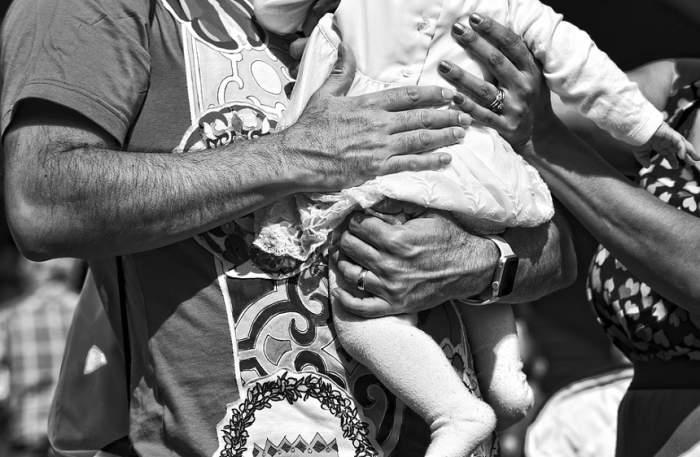 Fetiţă de 1 an, româncă, împuşcată în spate în Italia! Mama ei o ţinea în braţe