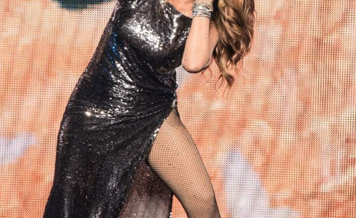 """Show pe scenă! La 53 de ani, o cântăreaţă celebră a fost la un pas să-şi arate """"gogoşica"""" în văzul tuturor"""