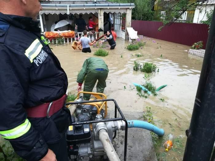 VIDEO / Prăpăd în ţară. O persoană a murit şi sute de gospodării au fost inundate, în urma ploilor