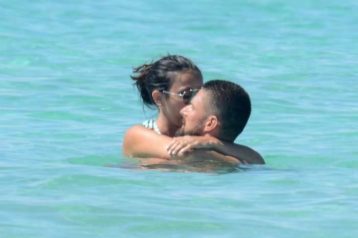 FOTO / Fotbalist cunoscut, clipe fierbinți în valuri, alături de soția lui sexy