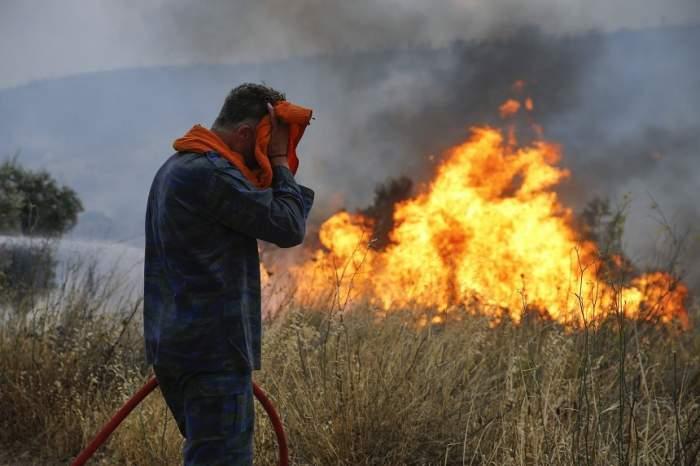 Copilul de numai șase luni al unui pompier a murit în incendiul din Grecia. Tatăl său și-a lăsat familia pentru a se lupta cu focul