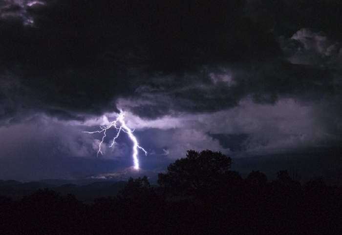 Cod galben de averse și descărcări electrice în toată România! Meteorologii ne dau vești proaste