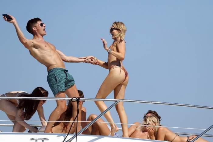 FOTO / Vedetă TV, dezmăț total pe un iaht, pe tărâmul bogătașilor. A dansat până a căzut în mare