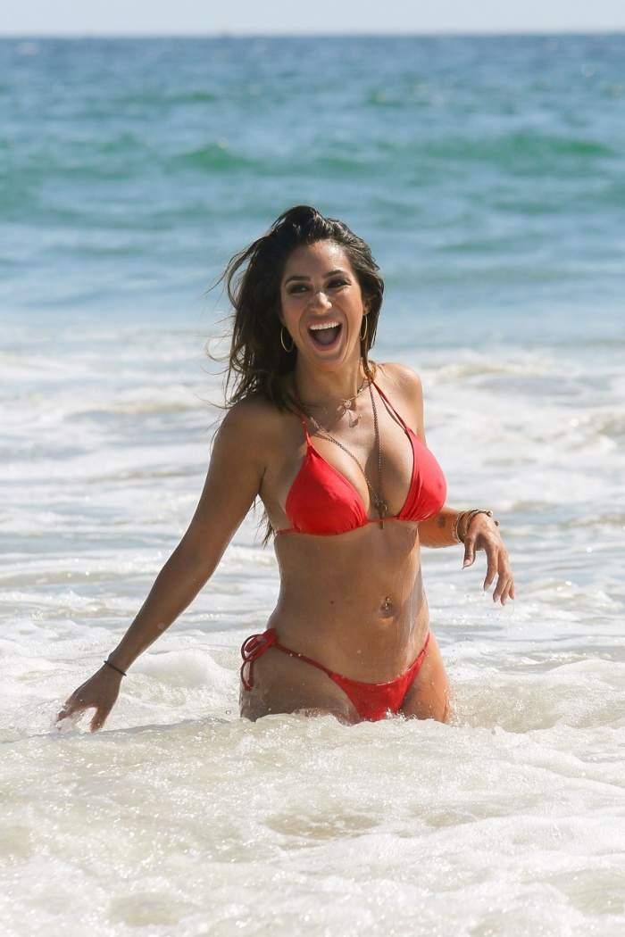 FOTO / Actriță internațională, show incendiar pe plajă. Și-a expus fundul bronzat în poziții deocheate